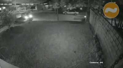 Encapuchados encañonaron con armas de fuego a un hombre frente a su vivienda para luego robarle su vehículo