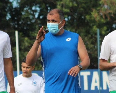 Pedro Sarabia y el nuevo plantel del 12 de Octubre