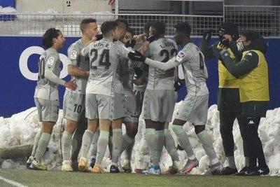 Espectacular gol de 'palomita' de Sanabria en triunfo del Real Betis