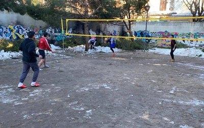 Crónica / PASIÓN A TODA PRUEBA Despejaron la nieve ¡para jugar piquiboli!