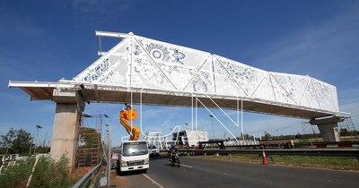 La Nación / Serios cuestionamientos al millonario puente peatonal