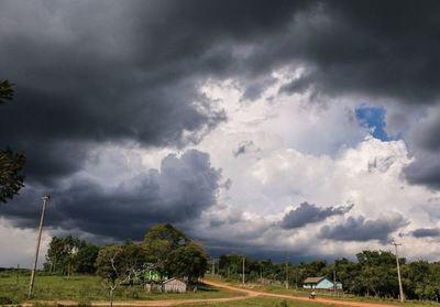 Martes con temperaturas calurosas, lluvias y tormentas eléctricas