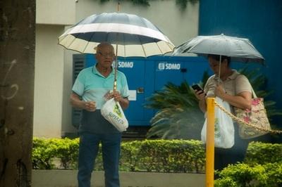 Anuncian martes lluvioso y caluroso