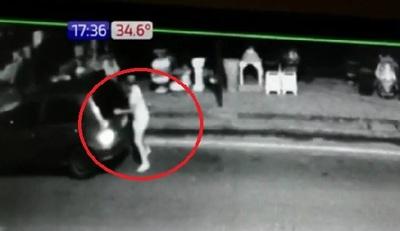 Sorprenden a mujer robando planteras y la obligan a devolverlas