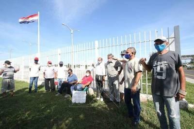 Maleteros del Silvio Pettirossi se encadenan para exigir indemnización