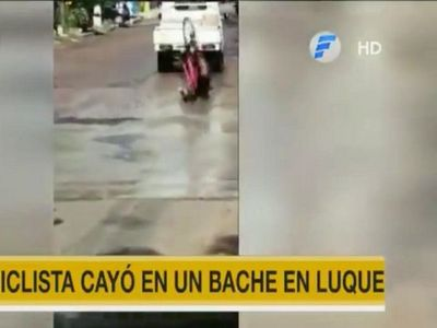 Ciclista sufre lesiones tras caer a un enorme bache en Luque