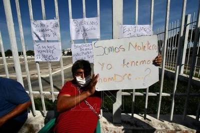 Maleteros expulsados del aeropuerto demandan millonaria indemnización a Dinac