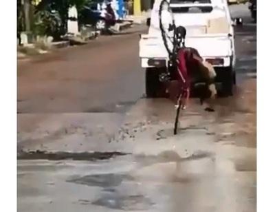 Ciclista sufre accidente tras caer en peligroso bache