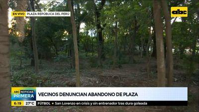 Basuras, malezas y árboles caídos en la plaza República del Perú