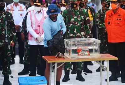 Recuperan una caja negra del Boeing que se estrelló en Indonesia