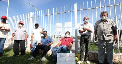 La Nación / Maleteros del aeropuerto exigen indemnización de G. 70 millones cada uno