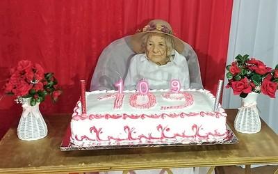 """Rodeada del calor familiar abuelita cumple 109 años y dice que está """"demasiado sana y feliz"""""""