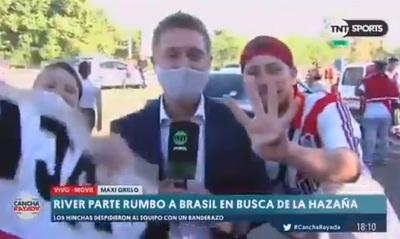 Hinchas le roban el celular a periodista en vivo