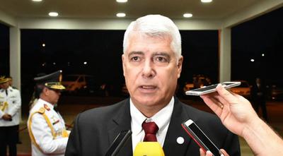 """Wiens bloquea en redes a los que le critican por puente peatonal """"de oro"""""""