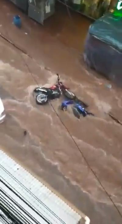 Intenso raudal se lleva varias motocicletas en Ciudad del Este