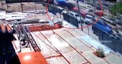 La Nación / Impactantes imágenes: videos muestran cómo camión embistió a siete vehículos