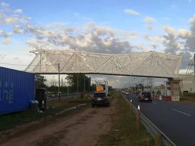 """Pasarela de Ñandutí está a mitad de construcción según director de Obras del MOPC: """"No es que está inclinada"""""""