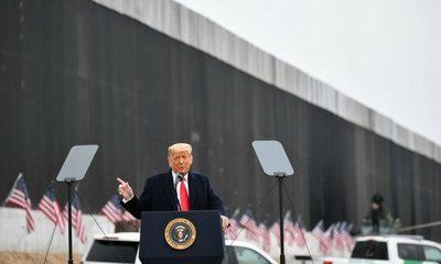 Mientras el «impeachment» parece avanzar, Trump se despide junto a su famoso muro fronterizo