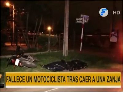Motociclista muere tras caer en registro pluvial sin tapa