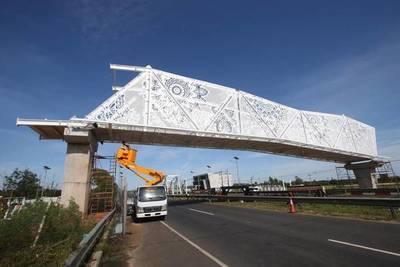 """Puente peatonal """"de oro"""": Admiten que alzarán 1 metro más y que luce inclinado"""
