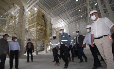 HOY / Abdo destaca inversión del Grupo Cartes durante recorrido por cementera Cecon