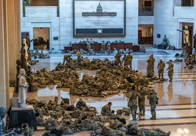 Decenas de miembros de la Guardia Nacional de EE.UU. son captados durmiendo en el suelo de los pasillos del Capitolio