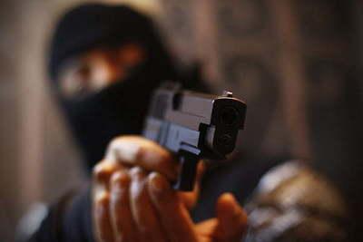 Apunta de arma de fuego asaltan una farmacia en Coronel Oviedo