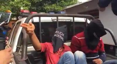 Detienen a dos violentos sujetos que atacaron con cuchillos a policías