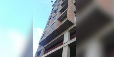 OBRERO CAYÓ DEL OCTAVO PISO DE UN EDIFICIO EN CONSTRUCCIÓN
