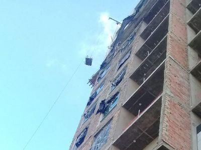 Obrero muere al caer de un octavo piso