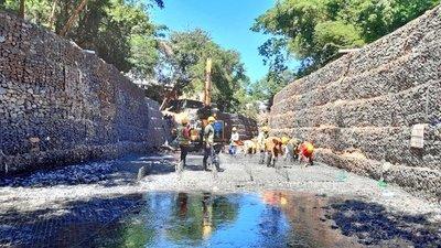 Construyen los muros de protección del arroyo Leandro Sosa en Lambaré