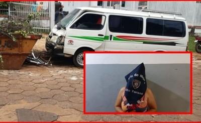 Mujer detenida tras correr con un policía colgando de su vehículo
