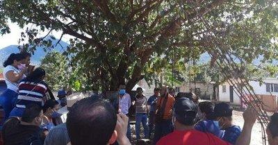 ¡Insólito! Alcalde terminó atado a un árbol por entregar una obra en mal estado