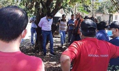 Crónica / Ataron a su intendente por un árbol por no cumplir promesas