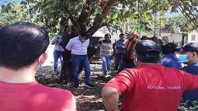 Ataron a un intendente a un árbol por entregar una obra en mal estado en México