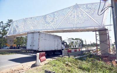 Tejedoras de ñandutí lamentan mala imitación en puente peatonal