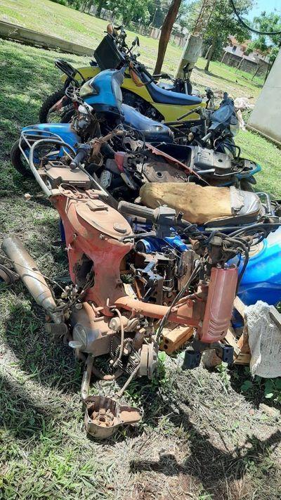Incautan 12 motocicletas desarmadas de un taller de Yguazú