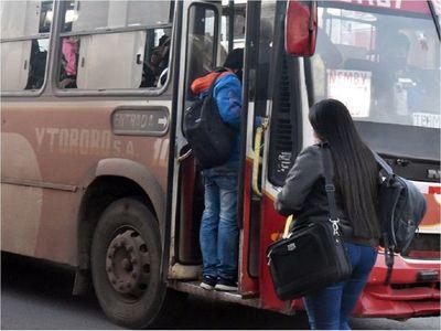 Buses transportan a pasajeros hacinados y sin ningún control