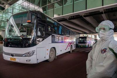 Expertos de la OMS llegan a China, que anuncia primer muerto de covid en ocho meses