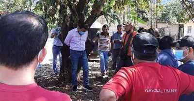 Vecinos amarran a su alcalde a un árbol por entregar obra de mala calidad
