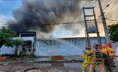 HOY / Incendio de gran magnitud consume fábrica de plásticos en Itá Enramada