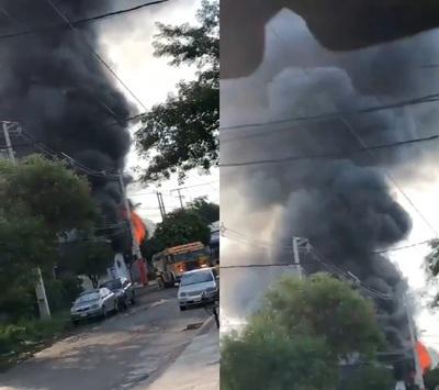 Lambaré: Incendio de gran magnitud en fábrica de productos plásticos