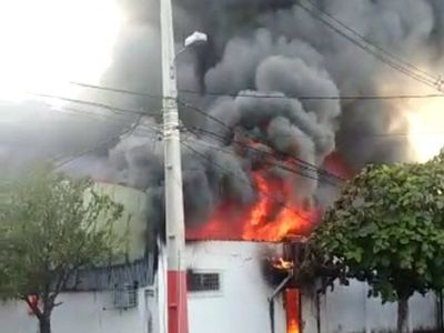 Fábrica de plásticos se incendia en Lambaré