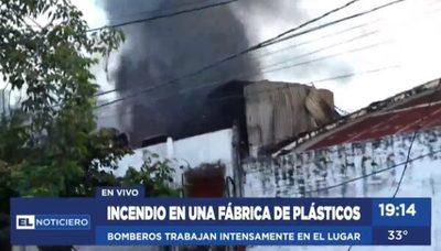 Incendio consume fábrica de plásticos en Itá Enramada