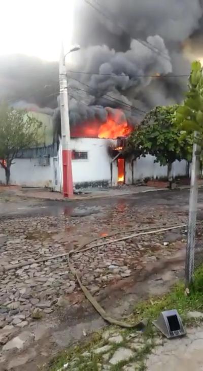 Itá Enramada: incontrolable incendio en fábrica de plástico
