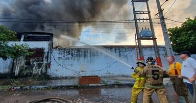 La Nación / Reportan voraz incendio en fábrica de plásticos en Itá Enramada
