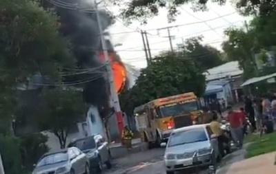 Se incendia una fábrica de plásticos en Lambaré