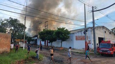 Incendio de gran magnitud consume fábrica de plásticos en Itá Enramada