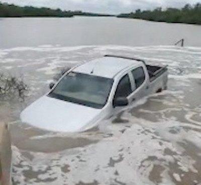 Crónica / Cayó un puente y un cura ho'aite con su auto