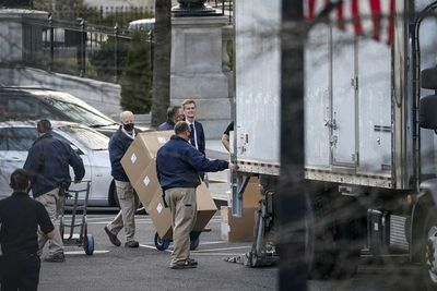 La imagen de un camión de mudanzas ante la Casa Blanca se hace viral en redes